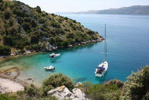 Vuokrattu purjevene Välimerellä ankkurissa